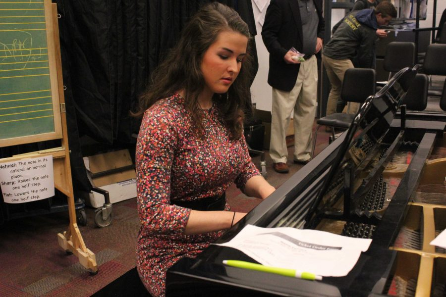 Lambert sings despite respiratory difficulties