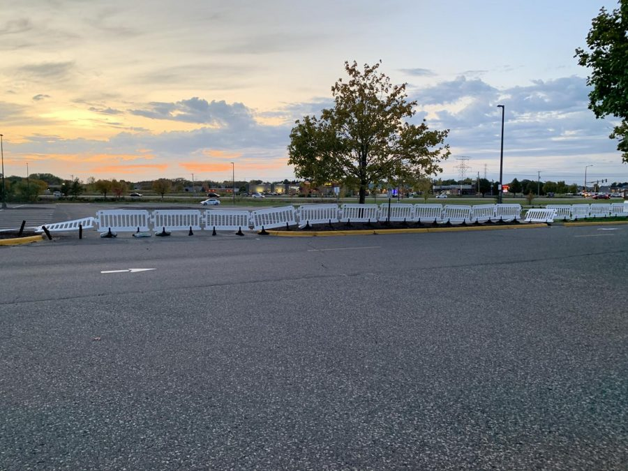 Parking+lot+barriers+restrict+access+to+road+crossing.+These+barriers+are+intended+to+allow+vehicles+to+pass+easily+without+fear+of+students+crossing+outside+the+crosswalk.