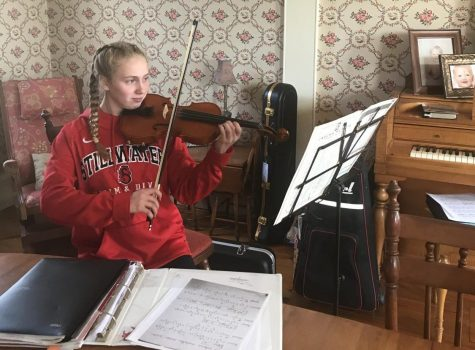 Sophomore Madelyn Puhrmann practices her violin at home. Due to the COVID-19 pandemic, all musicians are forced to stay home and practice alone, making coordination between the members of the entire music group difficult.